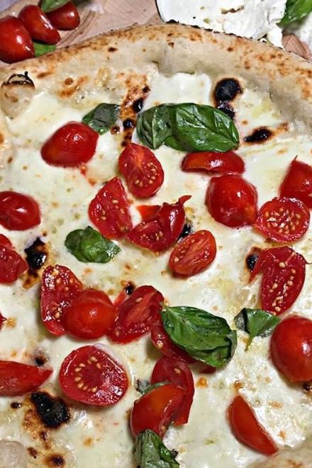 Pizza de Il Monfortino con pomodorini rossi e mozzarella di bufala DOP