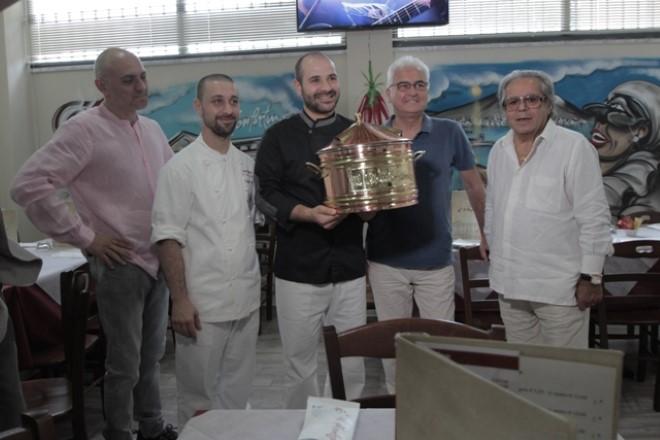 Don Antonio Starita consegna la stufa di rame a Francesco Di Ceglie