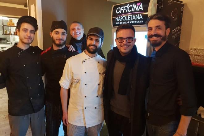 Lo staff di Officina Napoletana con il cantante Andrea Sannino